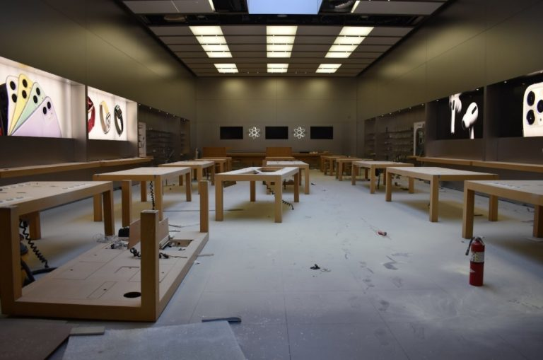 Minneapolis and Portland Apple Stores looted